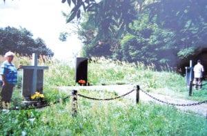Kisielin. Dziś na dawnym cmentarzu przykościelnym stoi kurhan, a na nim tablica upamiętniająca zabitych przez OUN-UPA.