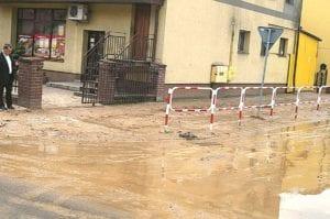 Spływająca deszczówka naniosła na ulice i chodniki gruba warstwę błota
