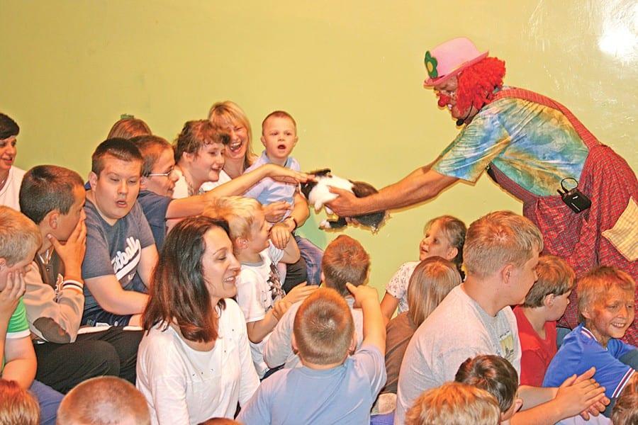 """Z okazji Dnia Dziecka, 1 czerwca, w Specjalnym Ośrodku Szkolno-Wychowawczym im. ks. Jana Twardowskiego we Włodawie gościł cyrk """"Fokus"""". Był przezabawny klaun, pokazy magii, iluzji i akrobacji oraz zwierzęta - legwan, wyczarowany królik i uzdolniony pies Kelly. A wszystko z aktywnym udziałem licznie zgromadzonej, młodej publiczności. (a)"""