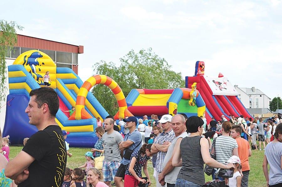 (29 maja) Na placu przy Szkole Podstawowej nr 3 we Włodawie najmłodsi mieszkańcy miasta bawili się na festynie z okazji ich święta. Były gry i zabawy rodzinne, przejażdżki quadem, znakowanie rowerów, malowanie twarzy, zjeżdżalnie, pokazy sprzętu strażackiego i medycznego. Na scenie zaprezentowali się uczestnicy zajęć wokalnych prowadzonych we Włodawskim Domu Kultury przez Natalię Wilk. Organizatorzy Miejskiego Dnia Dziecka: Włodawska Grupa Rowerowa, burmistrz Włodawy i Miejska Komisja Profilaktyki i Rozwiązywania Problemów Alkoholowych.