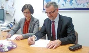 Wójt gminy Ruda-Huta Kazimierz Smal podpisuje umowę o dofinansowanie OZE
