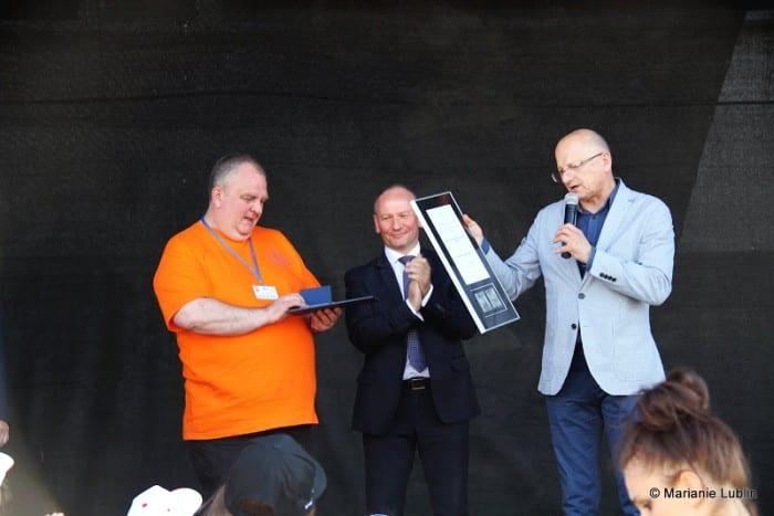 ks proboszcz Marek Otolski odbiera medal 700 -lecia dla parafii