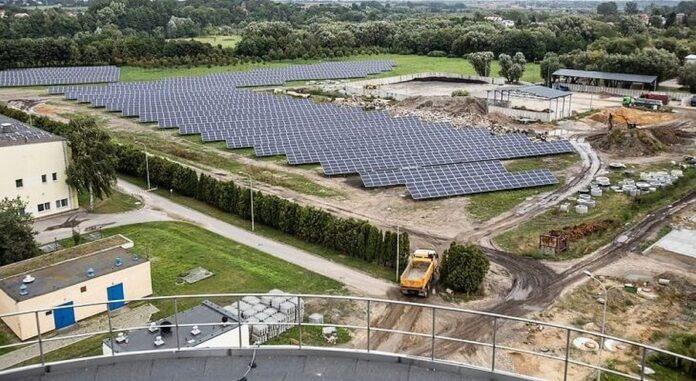 Instalację tworzą 6552 panele monokrystaliczne rozmieszczone na obszarze ok. 4 hektarów
